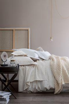 un lit cocooning avec des draps en lin