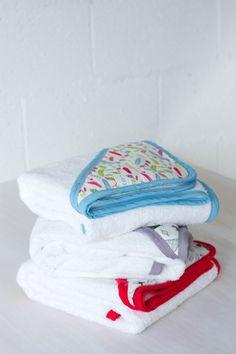 NOVEDAD! Te presentamos nuestras Capas de Baño. A partir de hoy los peques estarán ansiosos de que llegue la hora del baño. Podrás secar al mismo tiempo el cuerpo y la cabecita sin que tengan frío, gracias a las nuevas toallas de algodón con capucha. #complementosbebe #capasbaño #kiwisac