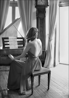 Play something beautiful on the piano maybe in a red dress (or red sweat suit LOL) Piano Photography, White Photography, Photography Ideas, Musician Photography, Human Photography, Piano Y Violin, Piano Room, Piano Keys, Piano Girl