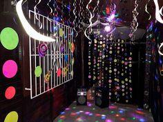Fiquei afastada esse tempo todo porque estava nos preparativos, na criação da decoração do meu aniversário. Fiz a primeira postagem com o... Neon Party, Disco Party, I Party, Neon Birthday, 13th Birthday, Birthday Parties, Just Dance, Birthdays, Ideas