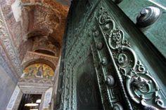 Ayasofya'nın ilgi çekici özellikleri-Kapıları tılsımlı Ayasofya'nın toplam 361 kapısı bulunur. Bunların 101'i büyüktür ve tılsımlıdır. Bunlar ne zaman sayılsa fazladan bir kapı ortaya çıkar.