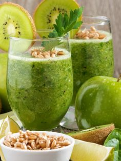 Frullato kiwi mela verde e basilico: uno smoothie originale che unisce alla freschezza dei kiwi l'aroma mediterraneo del profumatissimo basilico.