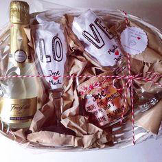 Cesta con copas de champagne (cava) personalizadas. Regalo para novios. Regalo personalizado para novios. Regalo de aniversario. SHOP ONLINE: WWW.MOS-TAZA.COM