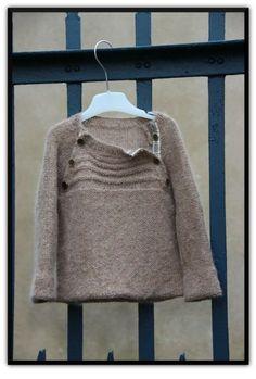 Joli pull tricoté! Malheureusement, c'est pour enfant mais il doit être possible de l'adapter...
