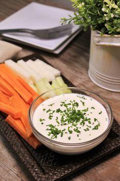 Acompaña tus ensaladas y verduras con este delicioso y cremoso aderezo de ricotta. Es bajo en grasa y tiene un rico sabor que le va perfecto a cualquier ensalada