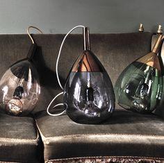La suspension Lute de Ø22cm est signée de Susanne Nielsen, créatrice du studio danois EBB & FLOW. Ce luminaire nous fait penser à une énorme goute de pluie, mais celle ci apporte gaieté, chaleur et touche bohème chic dans votre salon, couloir, chambre ou cuisine. La suspension au style scandinave est faite de verre soufflé à la bouche bleu, d'un chapeau en cuivre et d'un câble de 2 mètres maximum en textile. Pour un design optimal, préconisez une ampoule LED à filaments.