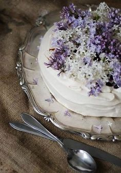 Pavlova with lilac recipe. Lilac flowers are edible, and have a distinct lemony taste with floral overtones. Cupcakes, Cake Cookies, Cupcake Cakes, Pretty Cakes, Beautiful Cakes, Beautiful Things, Bohemian Cake, Edible Flowers, Lilac Flowers