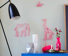 Anleitungen: Nagel-Wandbilder Schritt 1: Punkte auf der Wand markieren. Schritt 2: Nägel in die Wand schlagen. Schritt 3: Von einem Startpunkt aus die Tiere formen. Fertig ist die Safari auf der Wand!