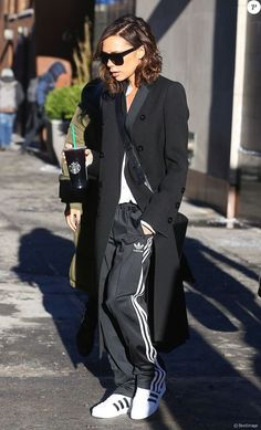 Victoria Beckham Street Styles sneakers casual 12 Times Victoria Beckham Stunned Us With Her Flat Shoes Victoria Beckham Outfits, Victoria Beckham Style, Victoria Beckham Fashion, Victoria Fashion, Victoria Beckham Clothing, Minimalist Street Style, Look Street Style, Street Styles, Mode Outfits