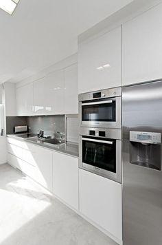 El blanco como protagonista de todas estas cocinas. ¿El resultado? Espacios ordenados, luminosos y con una gran sensación de limpieza.