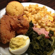 Make vegan: Southern Sunday Dinner.fried chicken, mac & cheese, greens, deviled egg, and corn muffin. Carne Asada, Caesars Salad, Southern Dinner, Southern Food, Southern Style, Food Goals, Aesthetic Food, I Love Food, Food Porn