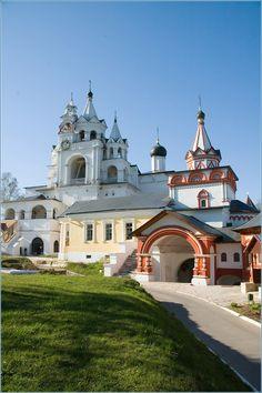 Саввино Сторожевский монастырь.Своё название монастырь получил от имени первого игумена Саввы и холма Сторожа, на котором построен