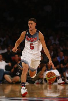 Klay Thompson Photos - Klay Thompson of the USA dribbles against the Dominican Republic during their game at Madison Square Garden on August 2014 in New York City. Golden State Warriors Wallpaper, Best Nba Players, Four Restaurant, Nba Stephen Curry, Splash Brothers, What Makes A Man, Christian Yelich, The Kat, Basketball