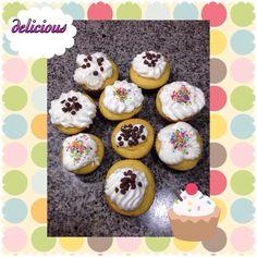 Cupcakes de vainilla con chispas de chocolate.