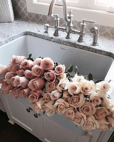 Beautiful home decor Pink roses Flower Power, My Flower, Flower Aesthetic, Pink Roses, Cream Roses, Bouquets, Floral Arrangements, Flower Arrangement, Planting Flowers