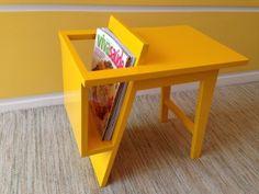 Mesa+lateral+em+madeira+com+aplicação+de+esmalte+sintético+amarelo,+para+organizar+revistas+e+decorar+o+ambiente+com+estilo+exclusivo+e+único. R$ 250,00