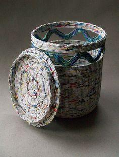 Cestas de tecelagem com jornal - Basket weaving - Paper Basket Diy, Paper Basket Weaving, Newspaper Basket, Newspaper Crafts, Diy Paper, Paper Clay, Recycle Newspaper, Newspaper Paper, Recycled Paper Crafts