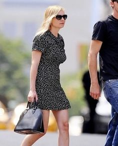 Kirsten Dunst Photos - WATERMELON LOVERS - Kirsten Dunst and Garrett Hedlund snack on some fruit as they go for a stroll in NYC. - Kirsten Dunst and Garrett Hedlund Snack on their Walk Louis Vuitton Alma Bag, Louis Vuitton Artsy Mm, Louis Vuitton Handbags, Louis Vuitton Monogram, Kirsten Dunst, International Fashion, Handbags Online, Womens Tote Bags, Celebrity Style