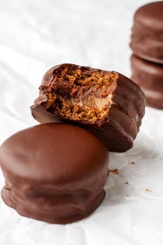 Caramel Chocolate Sandwich Cookies - Full of Plants Sweet Desserts, Healthy Desserts, Delicious Desserts, Yummy Food, Chocolate Caramels, Chocolate Cookies, Chocolate Recipes, Chocolate Ganache, Cookie Recipes