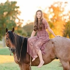 The Do's and Don'ts of Horse Show Fashion Photo Shoots - GoHorseShow Cute Horse Pictures, Horse Senior Pictures, Horse Photos, Senior Pics, Horse Girl Photography, Equine Photography, Cowgirls, Dressage Horses, Cute Horses