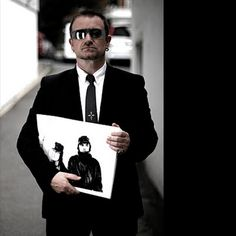 Bono holding print of him & Anton Corbijn Adam Clayton, Great Bands, Cool Bands, Paul Hewson, Larry Mullen Jr, Bono U2, Irish Boys, Joan Jett, Foo Fighters