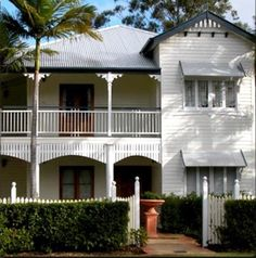 a Queenslander house. Queenslander House, Weatherboard House, Australian Architecture, Australian Homes, House Paint Exterior, Exterior House Colors, Character Home, Old Cottage, Facade House