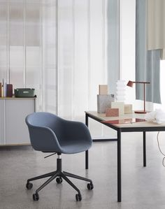 Wir bleiben im Home Office - BUSSI Magazine Office Lounge, Home Office, Upholstered Desk Chair, Wood Arm Chair, Armchair, Eames, Mug Design, New Bedroom Design, Interior Design