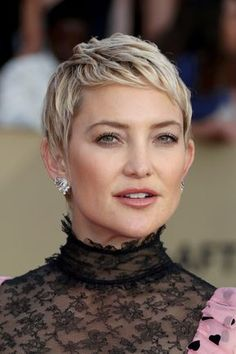 Haircuts Trends Kate Hudson Pixie – Kate Hudson looked oh-so-cute with her textured pixie at the 2018 SAG Awards. Short Pixie Haircuts, Short Hairstyles For Women, Short Hair Cuts, Very Short Pixie Cuts, Gray Hairstyles, Casual Hairstyles, Medium Hairstyles, Latest Hairstyles, Weave Hairstyles