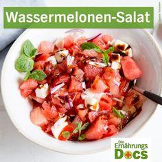 ernaehrungsdocsMit unseren Sommerrezepten bewahrt ihr auch bei der Hitze einen kühlen Kopf! Zum Beispiel mit einem leckeren Salat aus . Das braucht ihr - die Zutaten: (für 2 Portionen) 👉1 kleine rote Zwiebel 👉200 g Tomaten 👉400 g Wassermelone 👉1 Kugel Mozzarella 👉1 EL Balsamico-Essig 👉2 EL Olivenöl . Die Zubereitung: 👉Die Zwiebel schälen und fein hacken. Die Wassermelone schälen und die Tomaten waschen. Alles in Würfel schneiden und in eine Schüssel geben. 👉Den Mozzarella abtropfen…