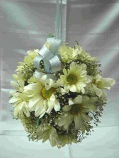 Did you know that an aster pomander bouquet is so easy to make? Click here to find out.