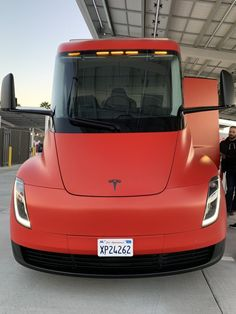 Red Tesla Semi Truck at Kettleman City Supercharger - Front Closeup. After the Silver & Black, a Red Tesla Semi Truck is at large, photographed at the Kettleman City Supercharger station while filling up the battery pack. Electric Truck, Ford Focus Electric, Kia Soul, Semi Trucks, Diy Photo, Tesla Semi Truck, Tesla News, Tesla Technology, Nissan
