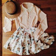 A renda na gola da camisa, a saia godê floral com fundo claro e a sandália de laço dão um ar vintage no look, com o chapéu pra dar um toque ...