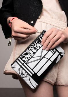 Dalla collezione primavera estate 2013 di borse And Other Stories, clutch con stampa bicolor.
