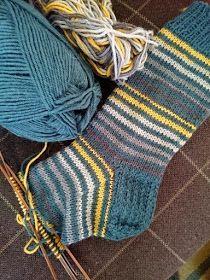 Pujoliivi: Räsymattosukkia Knitting Designs, Knitting Projects, Knitting Patterns, Crochet Socks Pattern, Knit Crochet, Knitting Socks, Baby Knitting, Knit Socks, Woolen Socks