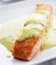 Salmão grelhado com molho de manjericão e hortelã