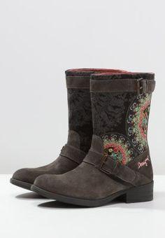 Dames Desigual MURIEL - Cowboylaarzen / Motorlaarzen - gris oscuro Donkergrijs: € 109,95 Bij Zalando (op 21-11-15). Gratis bezorging & retournering, snelle levering en veilig betalen!