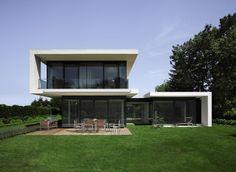 Vor allem große Glasflächen benötigen einen passenden Sonnenschutz. #Raffstoren #Jalousien #außen #Architektur