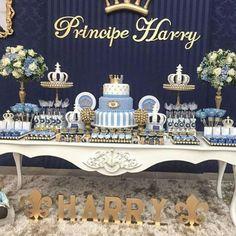Nesse post você confere as melhores ideias para organizar um chá de bebê de príncipe. Sugestões de convites, decorações, bolos, doces e lembrancinhas.