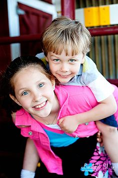 could be a good way to get the kids laughing Sibling Photography, Image Photography, Children Photography, Amazing Photography, Photography Ideas, Sibling Photos, Sister Photos, Family Picture Poses, Picture Ideas