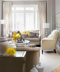 Wohnzimmer Farbgestaltung – Grau und Gelb - Wohnzimmer Farbgestaltung  gardinen tischlampen fenster hell licht