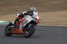 浜口レーシングKTM RC8Rの藤島翔太選手。今年は『ばくおん!!』とコラボして痛バイク化!