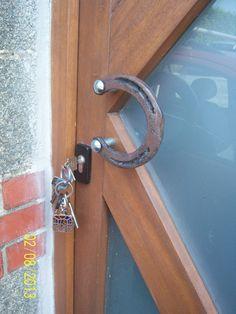 Front Door handle with a Horseshoe. Poignée de porte avec un fer a cheval…