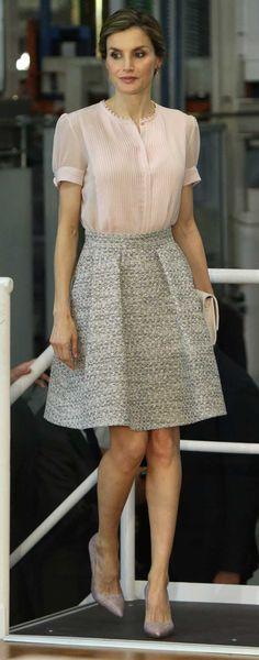 Los Reyes presiden varios actos en Pamplona, donde la Reina Letizia ha optado por un look romántico con una falda de vuelo de Hugo Boss.