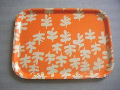 "FABRIC: Sven Fristedt ""Glada blad"" (Happy Leaves) A birchwood tray with a protective melamine coating. Tree Patterns, Trays, Pot Holders, Fabric Design, 1960s, Leaves, Happy, Kitchen, Cuisine"