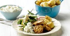 Krydret svinemørbrad, knasende sesamkartofler og sprød blomkålssalat - det hele bindes sammen af hytteosten. Dejlig aftensmad!