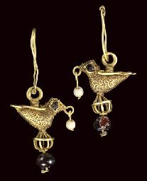A PAIR OF GARNET INSET GOLD EARRINGS FATIMID EGYPT, OR IRAN, CIRCA 11TH CENTURY