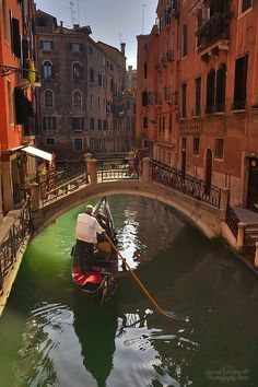 Offering diverse landscapes & cultural experiences, Italy is one of most romantic places in world. An Italy honeymoon can be perfect European honeymoon. Gondola Venice, Venice Italy, Most Romantic Places, Most Beautiful Cities, Amazing Places, Italy Honeymoon, Honeymoon Destinations, Dream Vacations, Vacation Spots