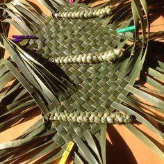 Wahakura in the making – Updated – Weaving Is Pretty Awesome Flax Weaving, Basket Weaving, Hand Weaving, Maori Art, Weaving Patterns, Weaving Techniques, Pretty Cool, Deco, Palm