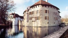 Schloss Hallwyl - Hallwyl Castle is one of the most important moated castles in Switzerland. It is located on two islands in the River Aabach - Hochzeitslocation in Seengen Swiss Travel, Future Travel, Middle Ages, Switzerland, Paths, Medieval, Places To Go, Germany, Museum
