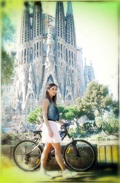 La Plaza de la Sagrada, es una plaza ajardinada del Distrito del Ensanche de Barcelona, España, situada frente a la fachada de la Pasión Modelo: Marta , abogada y modelo